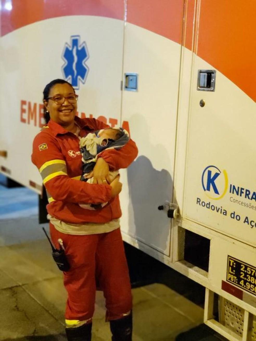 Auxiliar de enfermagem Elaine, que fez o parto, com o bebê em Três Rios — Foto: Divulgação/K-infra