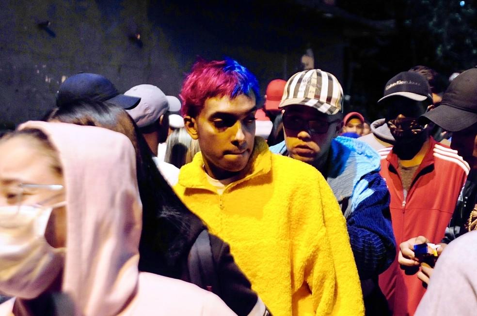 MC Brinquedo, de moletom amarelo, comparece às homenagens ao amigo, MC Kevin, na rua Astrapeia, em Vila Medeiros, Zona Norte da capital paulista, nesta segunda (17). — Foto: EDUARDO MARTINS/THENEWS2/ESTADÃO CONTEÚDO
