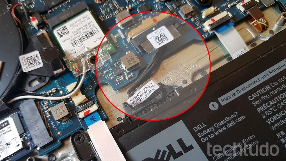 Se seu notebook, tem bateria removível por fora, apenas remova-a. Se ela for tipo interna - como na foto - procure desconectá-la da placa-mãe (Foto: Filipe Garrett/TechTudo)