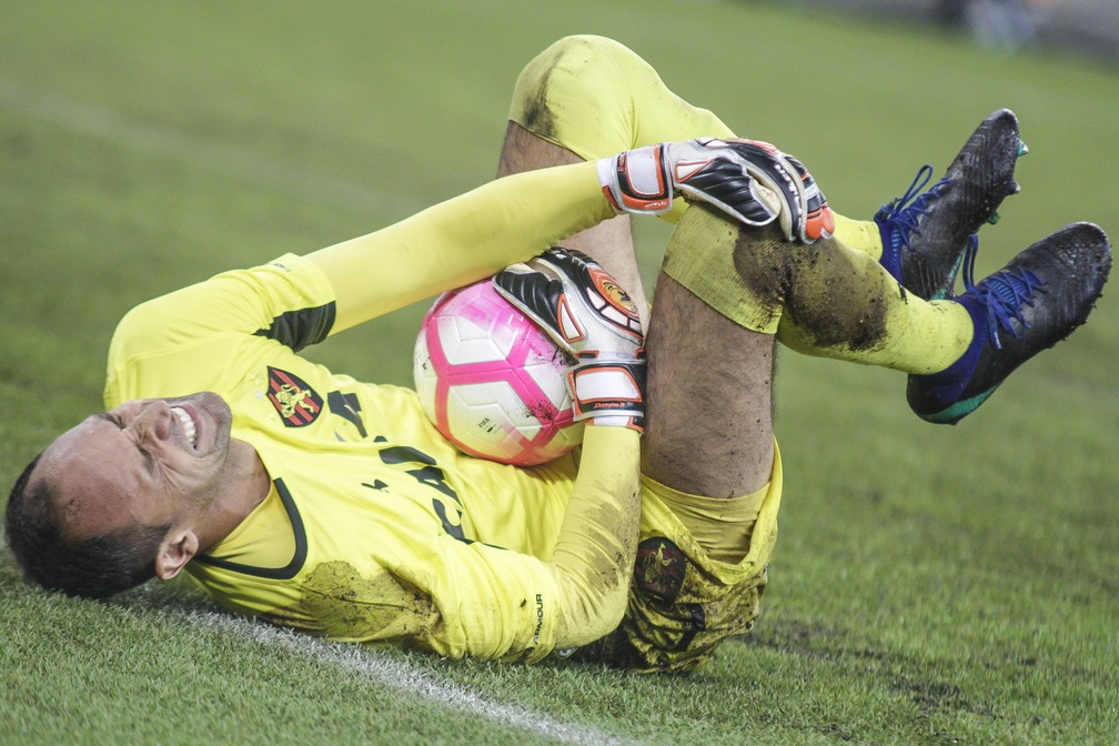 Magrão se machucou aos 26 minutos e deixou o campo aos 34 depois de não aguentar mais as dores — Foto: GABRIEL MACHADO/AGIF/ESTADÃO CONTEÚDO