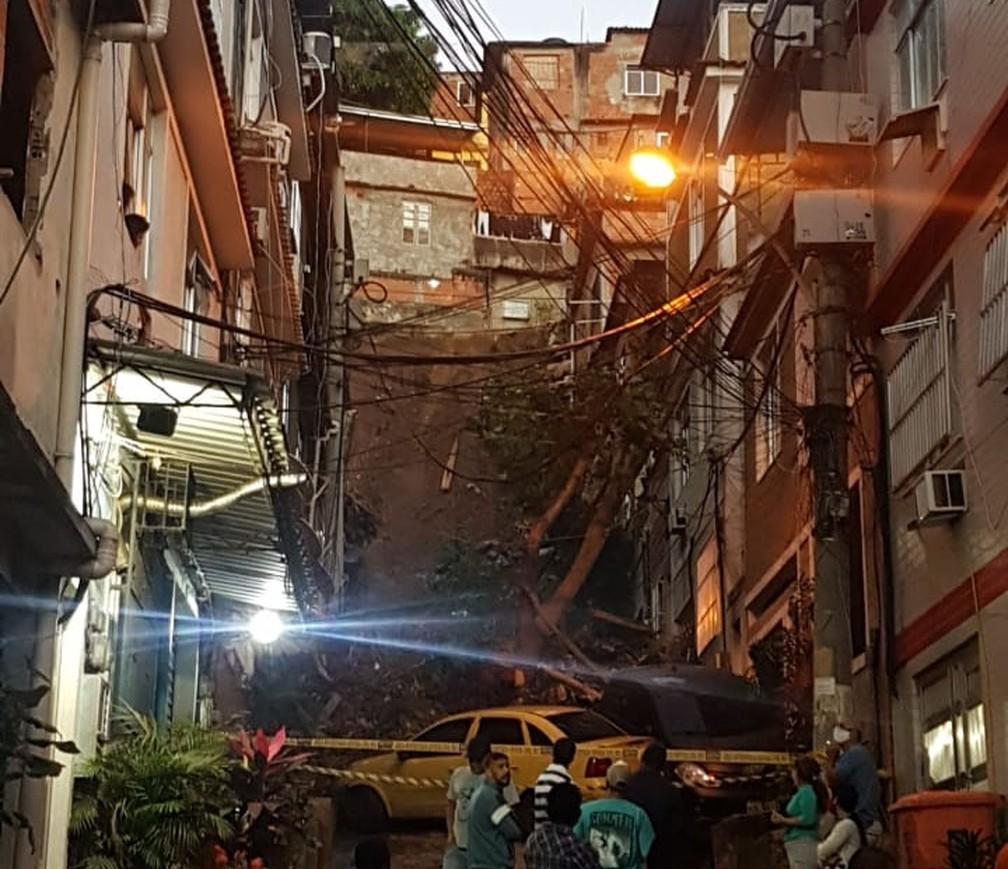 Deslizamento de terra atinge casas no Morro da Mangueira — Foto: Reprodução