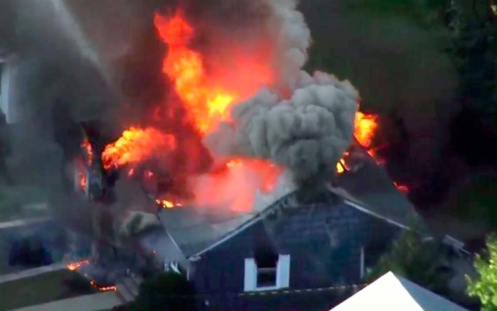 Imagem de vídeo mostra incêndio em casa em Lawrence, Massachusetts, na quinta-feira (13) — Foto: WCVB via AP
