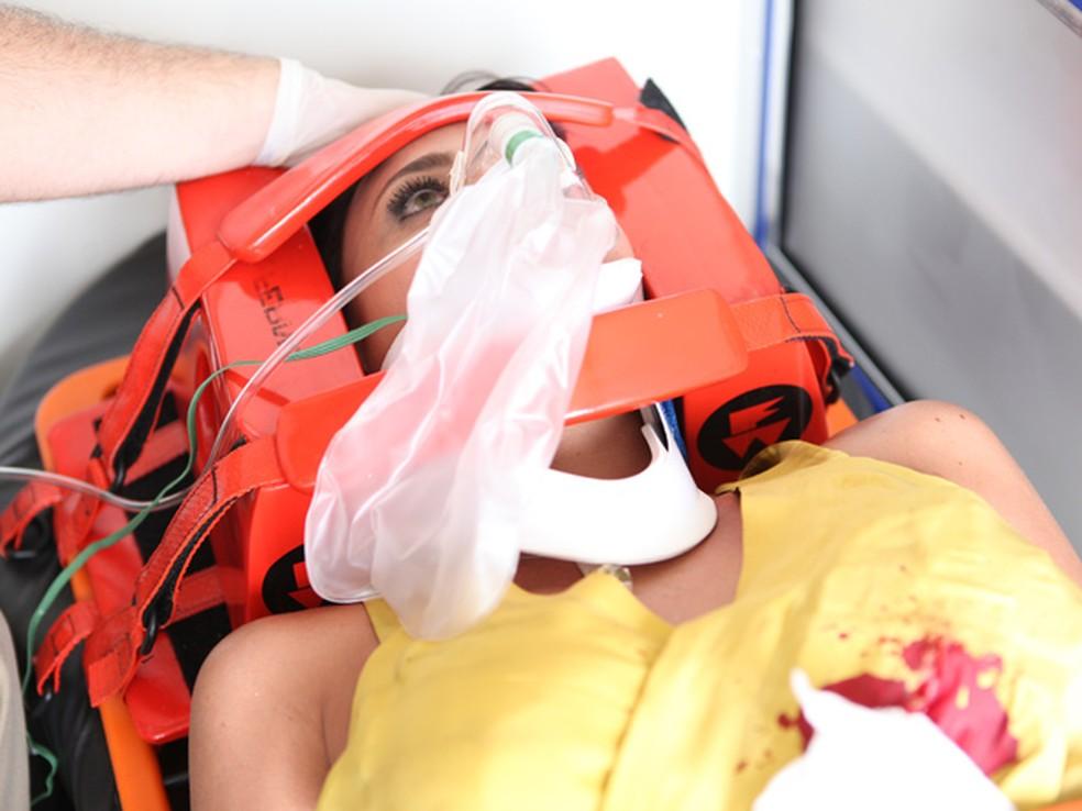 Marcela (Suzana Pires) fica entre a vida e a morte após levar tiro, em 'Fina Estampa' — Foto: Globo