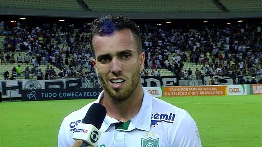 Serginho reclama de pênalti marcado contra o América-MG no fim de jogo com o Ceará