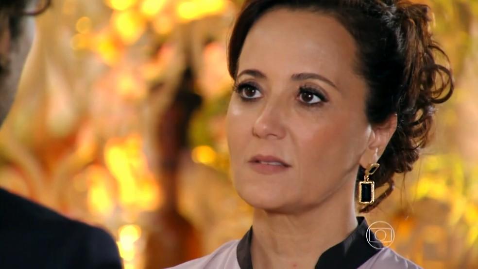 Guiomar (Cláudia Netto) fica passada com frieza de Alberto (Igor Rickli) - 'Flor do Caribe' — Foto: Globo