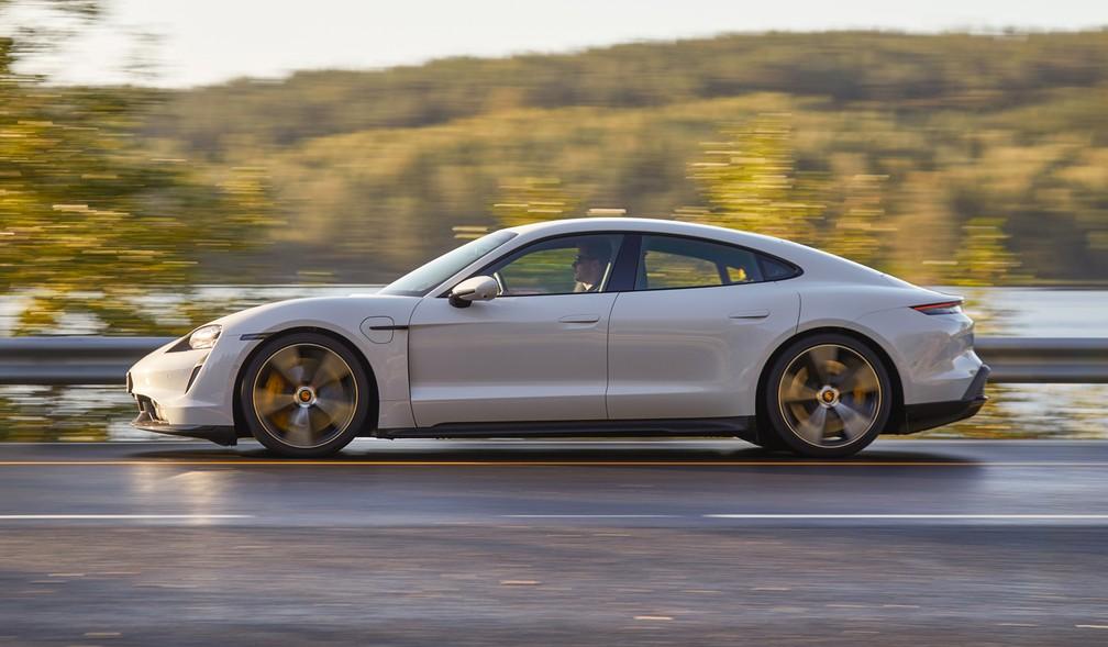 Mesmo com 2.300 kg, Porsche Taycan Turbo S é ágil em curvas, mesmo em estradas estreitas — Foto: Divulgação