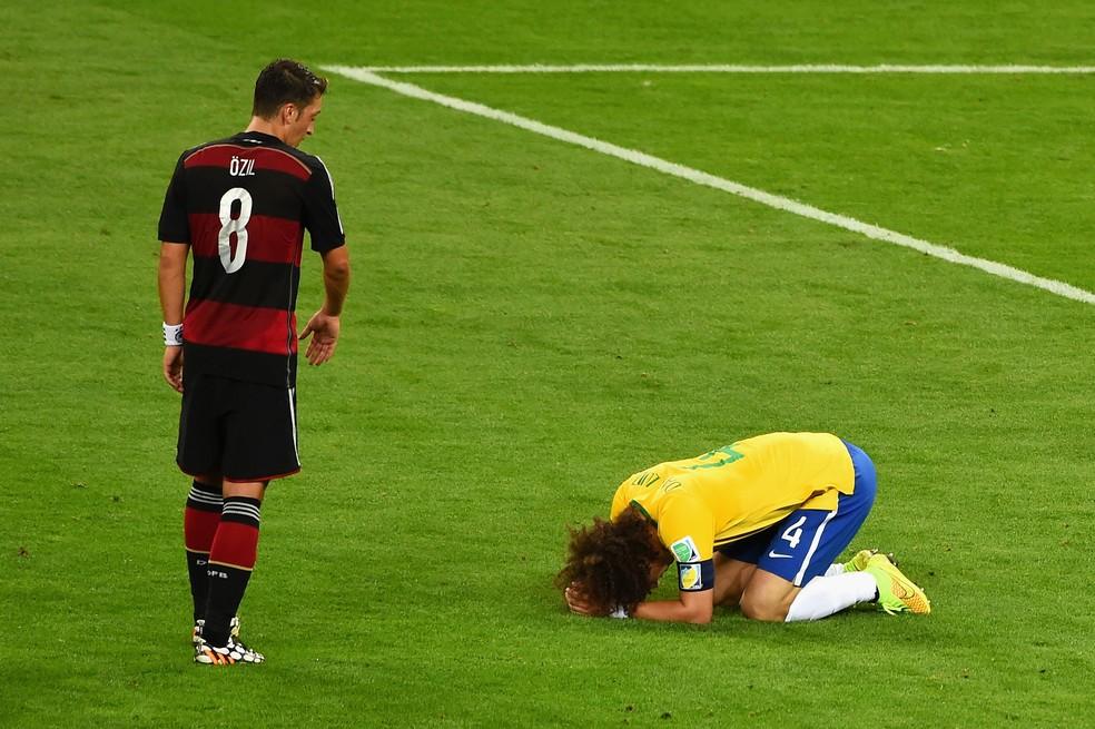Özil e David Luiz no 7 a 1 da Alemanha em cima do Brasil na semifinal da Copa do Mundo de 2014 — Foto: Reprodução