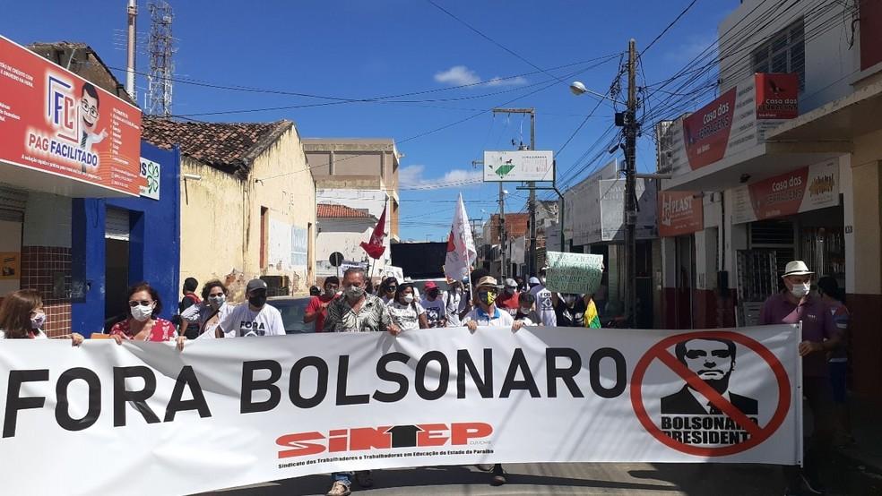 [Cajazeiras - PB, 03/07, 10h15] Em Cajazeiras, manifestantes saíram da Praça da Prefeitura e seguiram pelo Centro da cidade.  — Foto: Arquivo pessoal