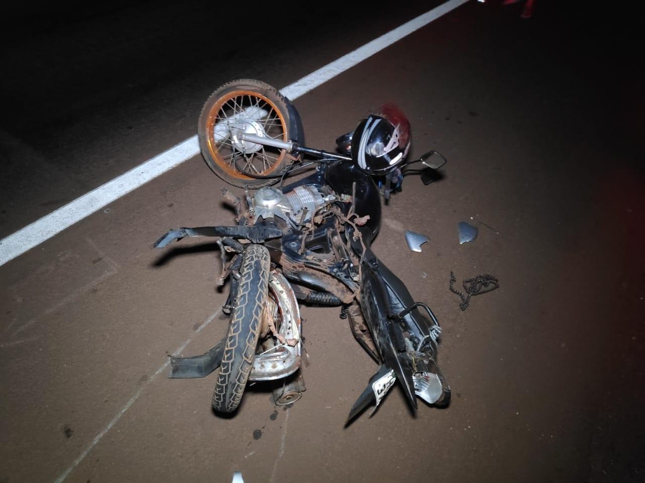 Motociclista fica gravemente ferido ao ser atingido por carro que estaria fazendo racha com outro