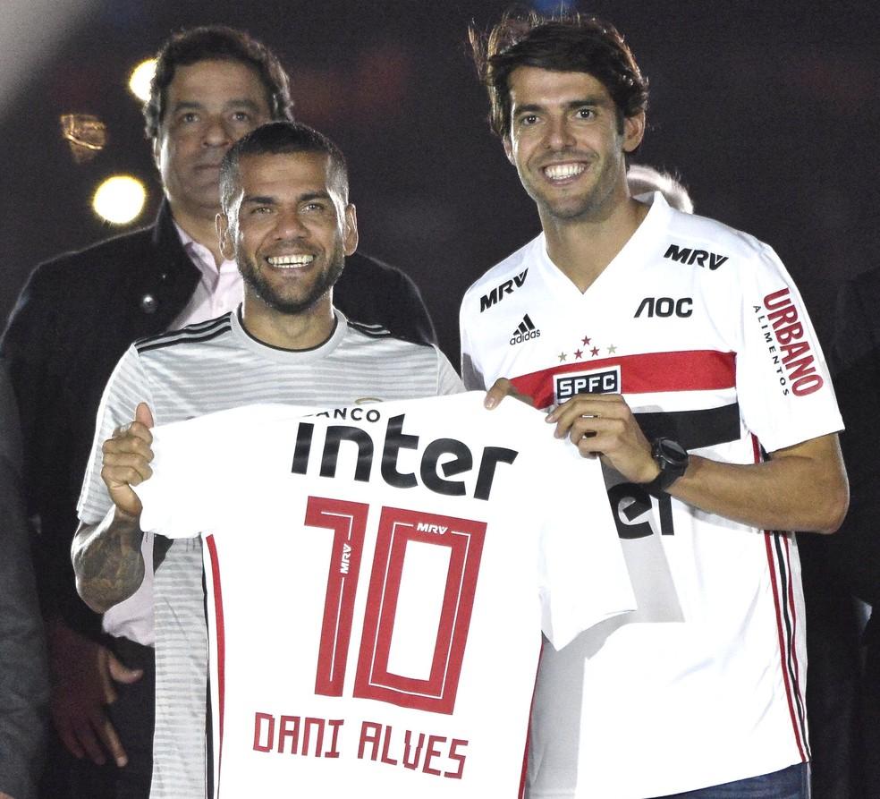 Kaká entrega camisa do São Paulo a Daniel Alves — Foto: Marcos Ribolli