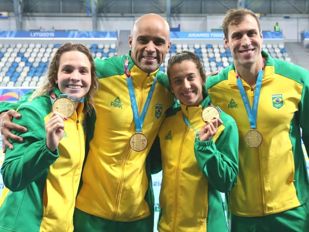 Giovanna, João Gomes, Larissa e Guido com o ouro no revezamento 4x100m medley misto — Foto: Ricardo Bufolin/Panamerica Press