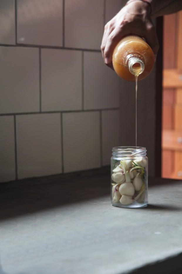O alho fermentado no mel silvestre é preparado com ingredientes locais e traz a marca do feito à mão como diferencial na embalagem e na comunicação de marca (Foto: Mayra Azzi / Editora Globo)