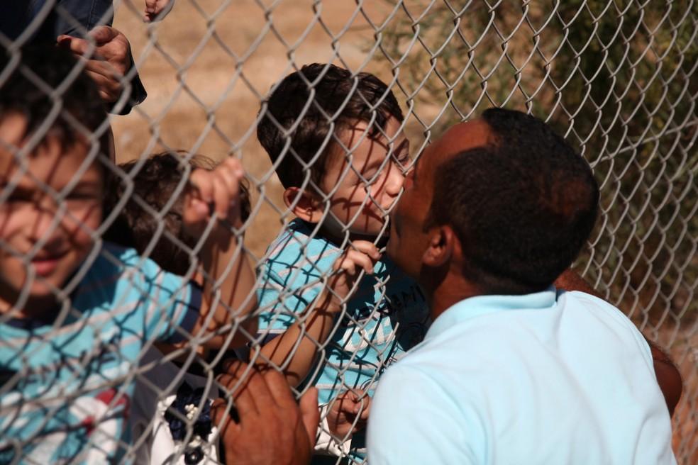 Refugiado sírio reencontra filhos no Chipre (Foto: REUTERS/Yiannis Kourtoglou)