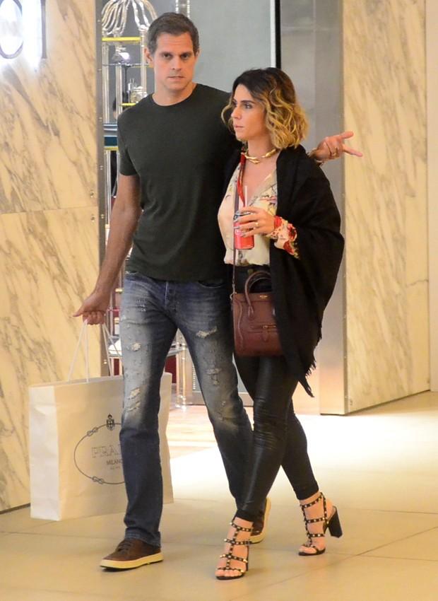 Giovanna Antonelli e o marido, o diretor Leonardo Nogueira, vão às compras em shopping carioca (Foto: Webert Belício/AgNews)