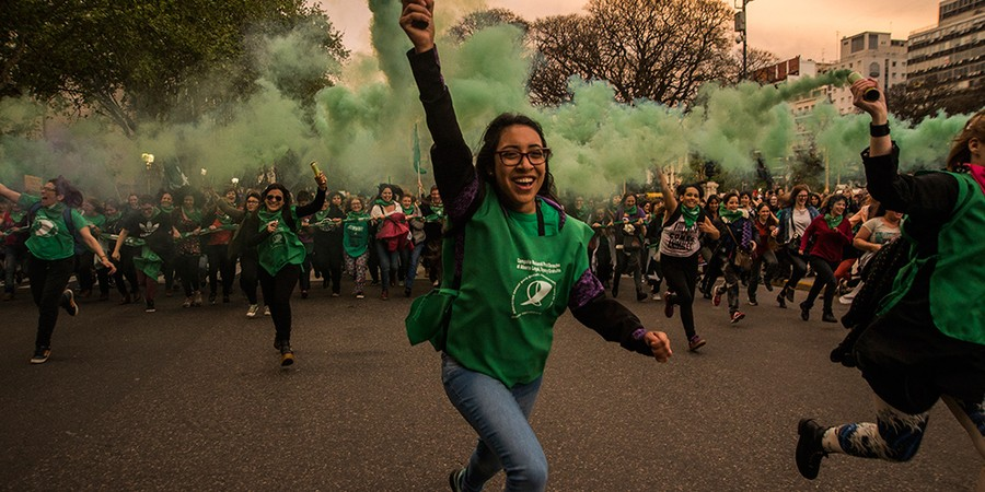 Milhares de mulheres se manifestam a favor da descriminação do aborto em frente ao Congresso argentino. A questão gerou divisões e uniões políticas paradoxais no país (Foto: MATIAS JOVET/NURPHOTO/GETTY IMAGES)
