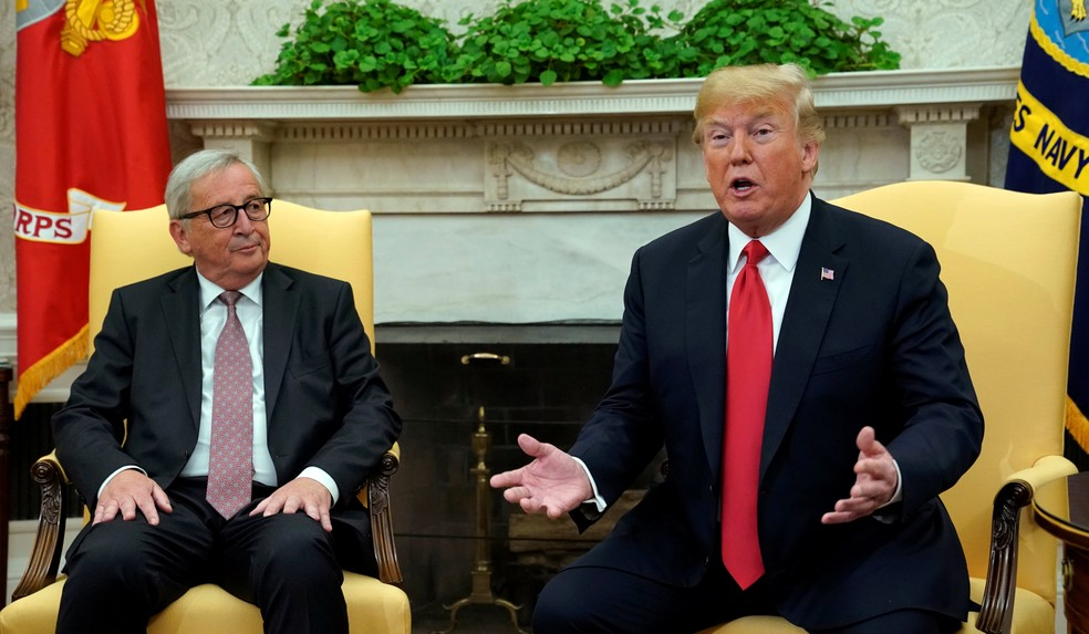 O presidente dos EUA, Donald Trump, se encontra com o da Comissão Europeia, Jean-Claude Juncker, em Washington. (Foto: Kevin Lamarque/Reuters)