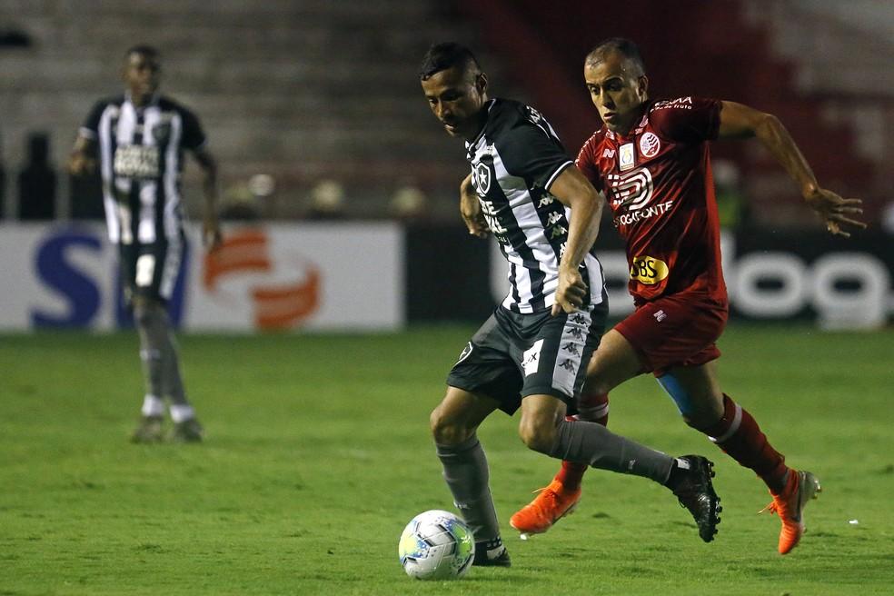 Cícero foi improvisado de centroavante, mas não foi o esperado — Foto: Vítor Silva/Botafogo
