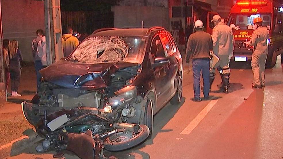 Moto da vítima foi arrastada pelo carro — Foto: Reprodução/TV Morena