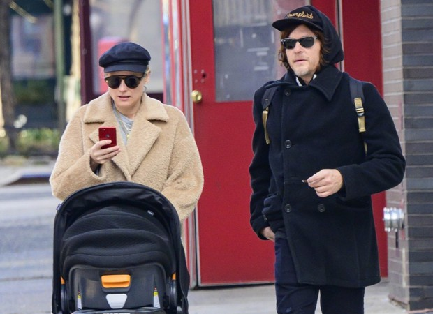 Diane Kruger e Norman Reedus com a filhinha do casal (Foto: Backgrid)