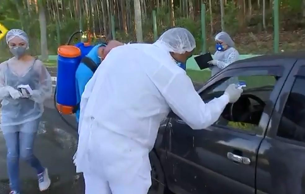 Agentes também medem temperatura de quem entra em Paulistânia — Foto: TV TEM/Reprodução