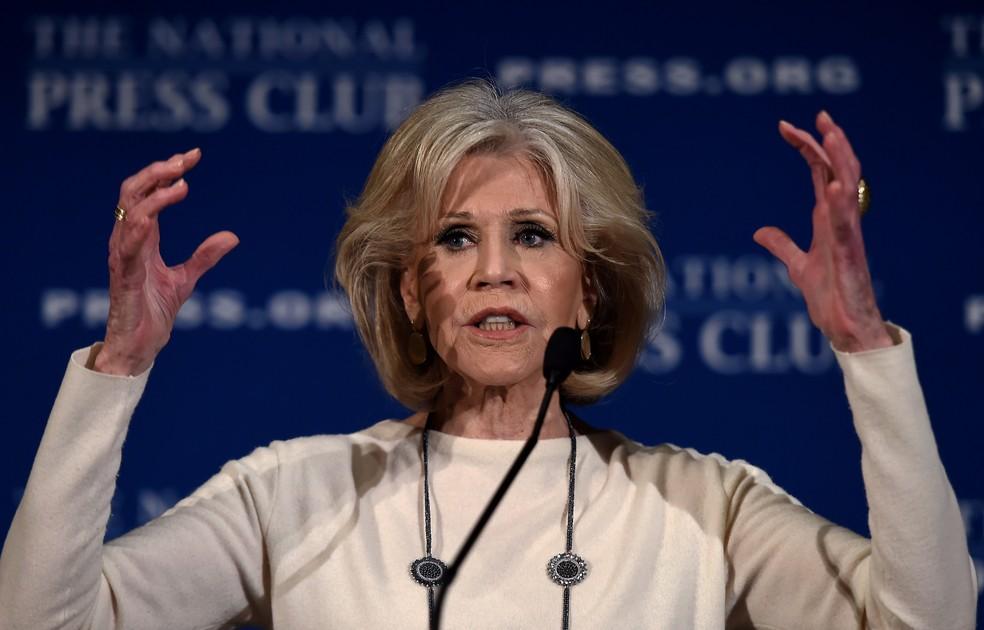 A atriz e ativista Jane Fonda fala sobre seu movimento para pressionar autoridades por ações políticas sobre as mudanças climáticas durante evento em dezembro de 2019, em  Washington, nos Estados Unidos — Foto: Olivier Douliery/AFP