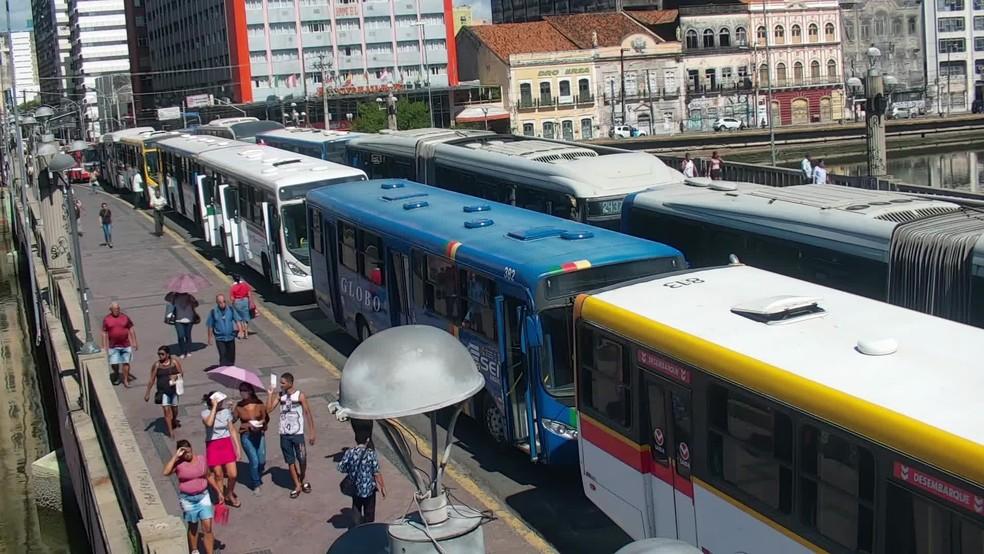 Ônibus parados durante protesto na Ponte Duarte Coelho, na região central do Recife, nesta quinta-feira (5) — Foto: Reprodução/TV Globo