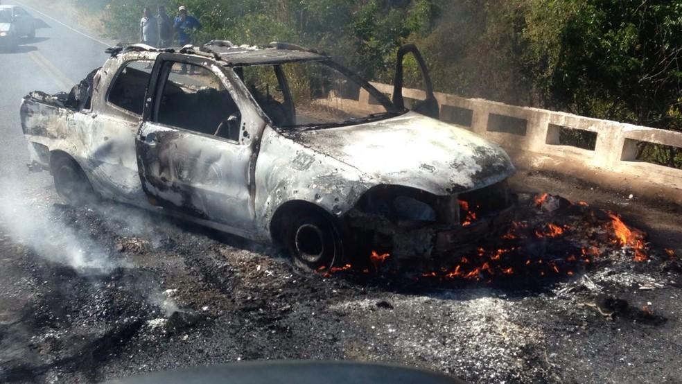 Carro foi destruído para dificultar aproximação da polícia (Foto: Mateus Ferreira/TV Verdes Mares)
