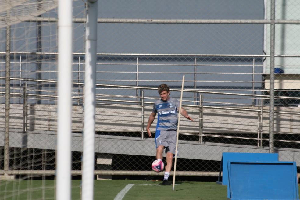 Zagueiro continuou a frequentar CT do Grêmio, mas sem conseguir jogar — Foto: Eduardo Moura