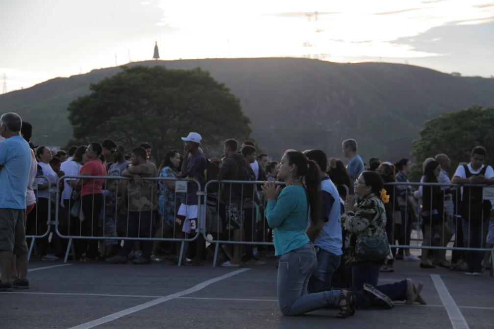 Ajoelhados, devotos fazem pedidos e agradecem à Nossa Senhora Aparecida (Foto: Carlos Santos/G1)