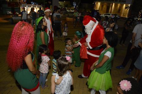 Vila de Natal começa com distribuição de brinquedos e show em Araguaína