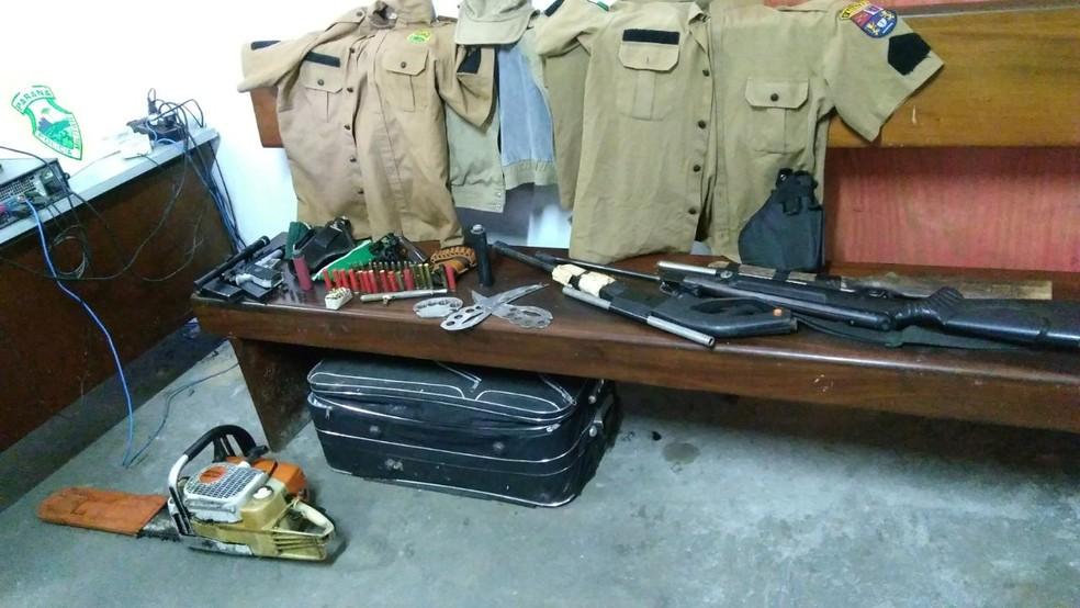 Além de roupas da PM, policiais apreenderam armas e acessórios para elas (Foto: Divulgação/PM)