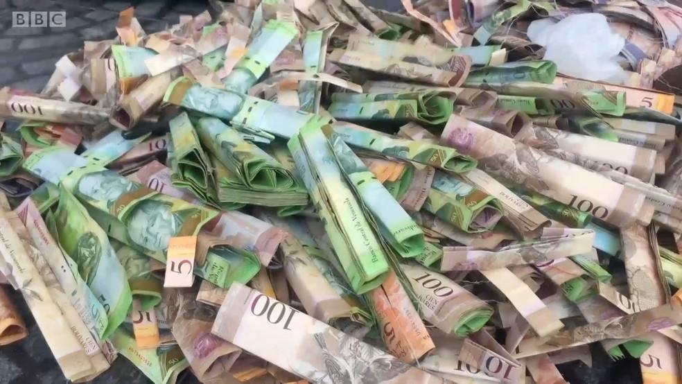 Até mil cédulas de bolívares são usadas para fazer bolsa por artesão (Foto: BBC)
