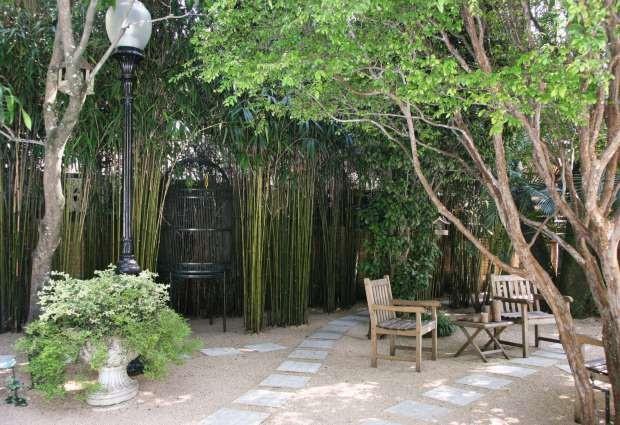 Quintal com cadeiras de madeira, árvores e bambus (Foto: Evelyn Müller/Editora Globo)