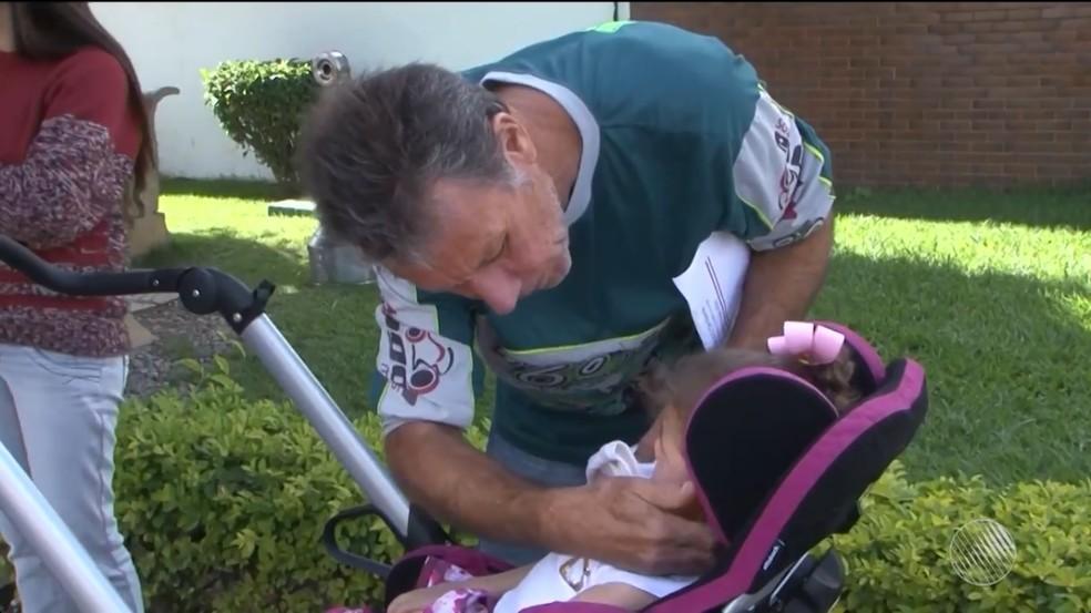 Mesmo com aval médico, criança com paralisia cerebral é impedida de viajar em avião para consulta. (Foto: Reprodução/TV Sudoeste)