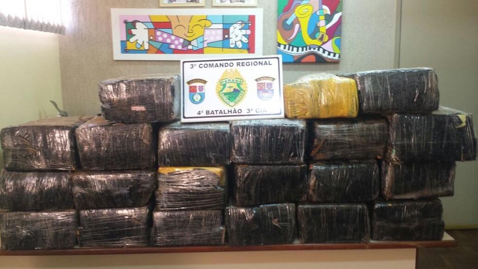 O motorista e a droga apreendida pela PM de Itambé foram encaminhados para a Delegacia de Marialva (Foto: Polícia Militar do Paraná/Divulgação)