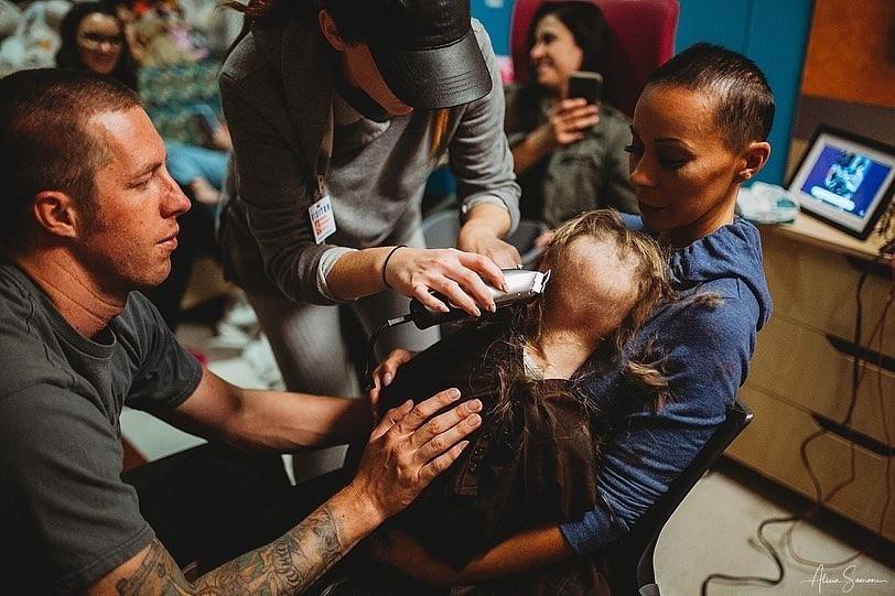 Pai e mãe dão apoio a Madison, que raspa os cabelos (Foto: Reprodução / Instagram / Alicia Samone Photography)