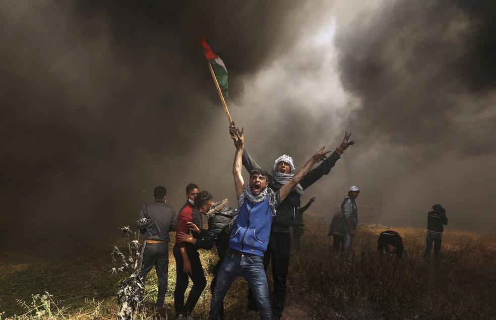 Palestinos participam de protesto na fronteira da Faixa Gaza com Israel, nesta sexta-feira (6)  (Foto: Mohammed Salem/ Reuters)