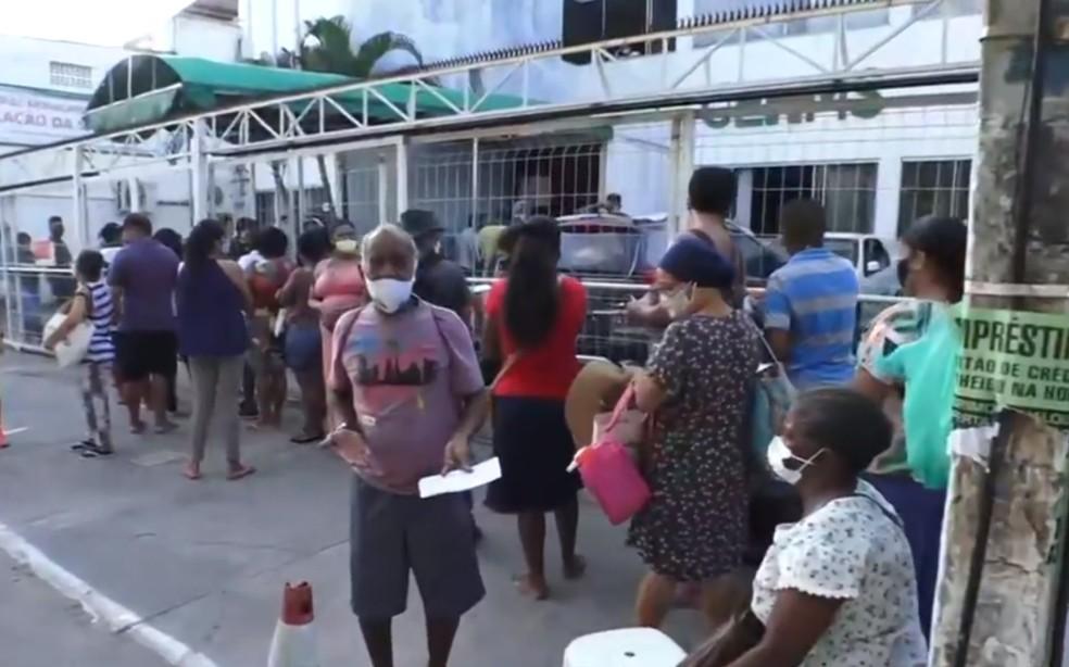 Centro de Regulação em Lauro de Freitas registra longas filas nesta quinta-feira (7) — Foto: Reprodução/TV Bahia