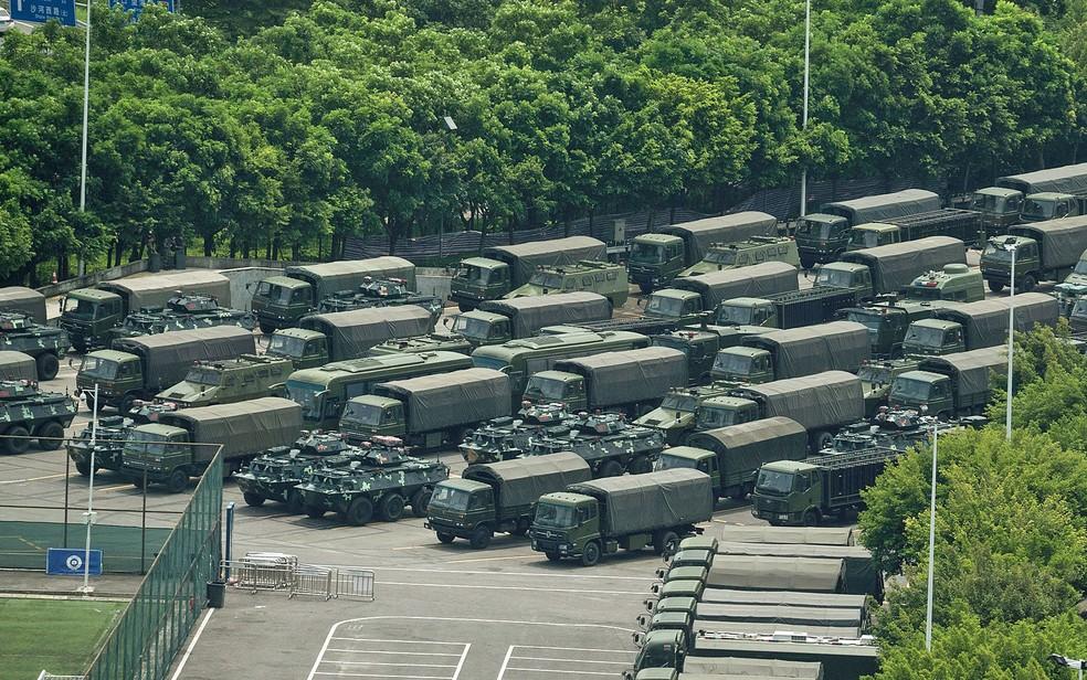 Caminhões e veículos blindados na região do estádio da Baía de Shenzen, na fronteira com Hong Kong — Foto: STR / AFP Photo