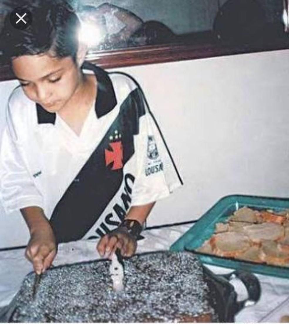 No aniversário de 9 anos, Anderson de camisa do Vasco corta o bolo: jogador faz 30 dia 21 de agosto, data de fundação do clube do coração (Foto: Arquivo pessoal)
