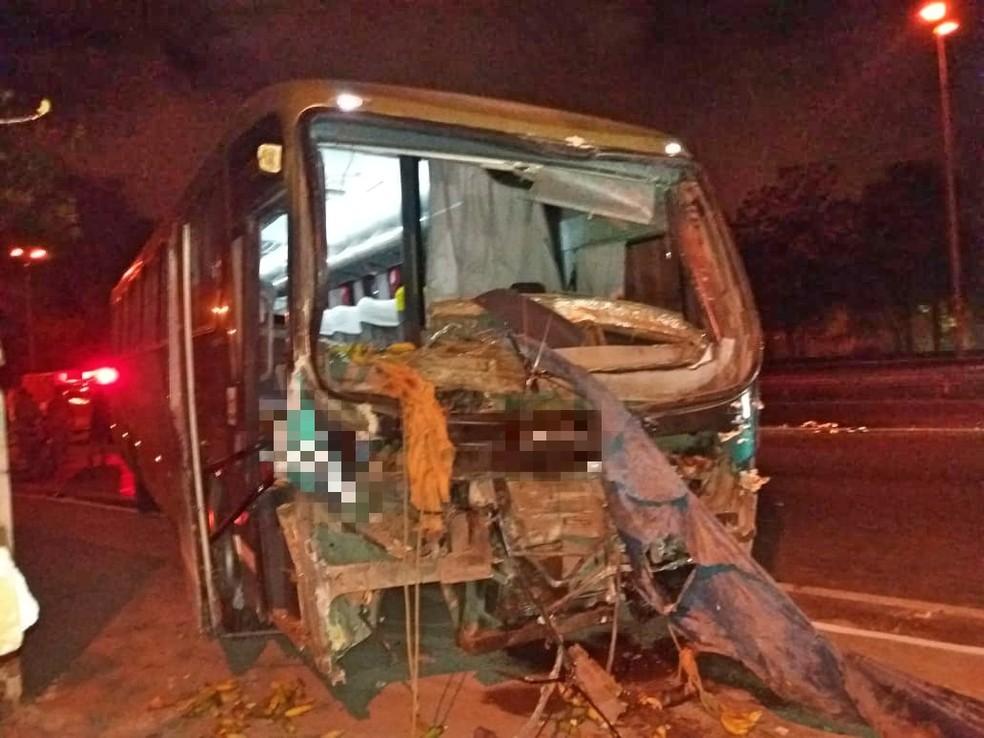 Motorista e um passageiro ficam feridos em acidente na BR-101, em Engenho do Meio — Foto: Polícia Rodoviária Federal/Divulgação