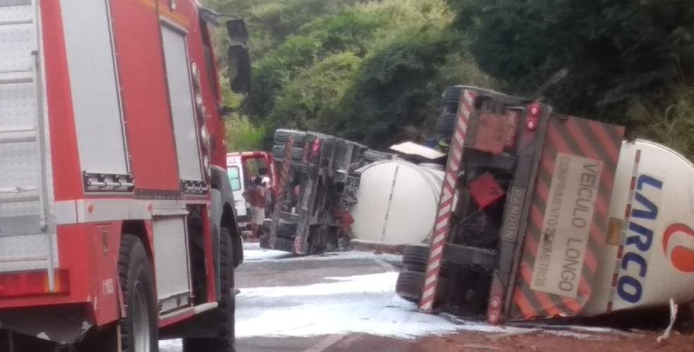 Caminhão-taque tombou e houve derramamento de óleo na pista, na BR-242, perto de Lençóis, na Bahia — Foto: PRF/ Divulgação