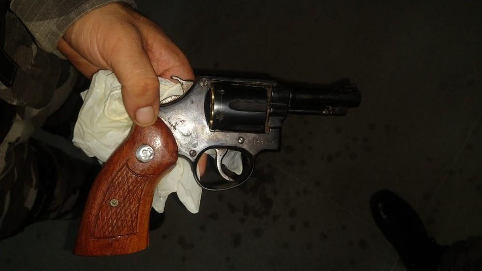Foram apreendidos uma arma de fabricação caseira parecida com uma metralhadora e um revólver calibre .38. — Foto: Polícia Militar/Divulgação