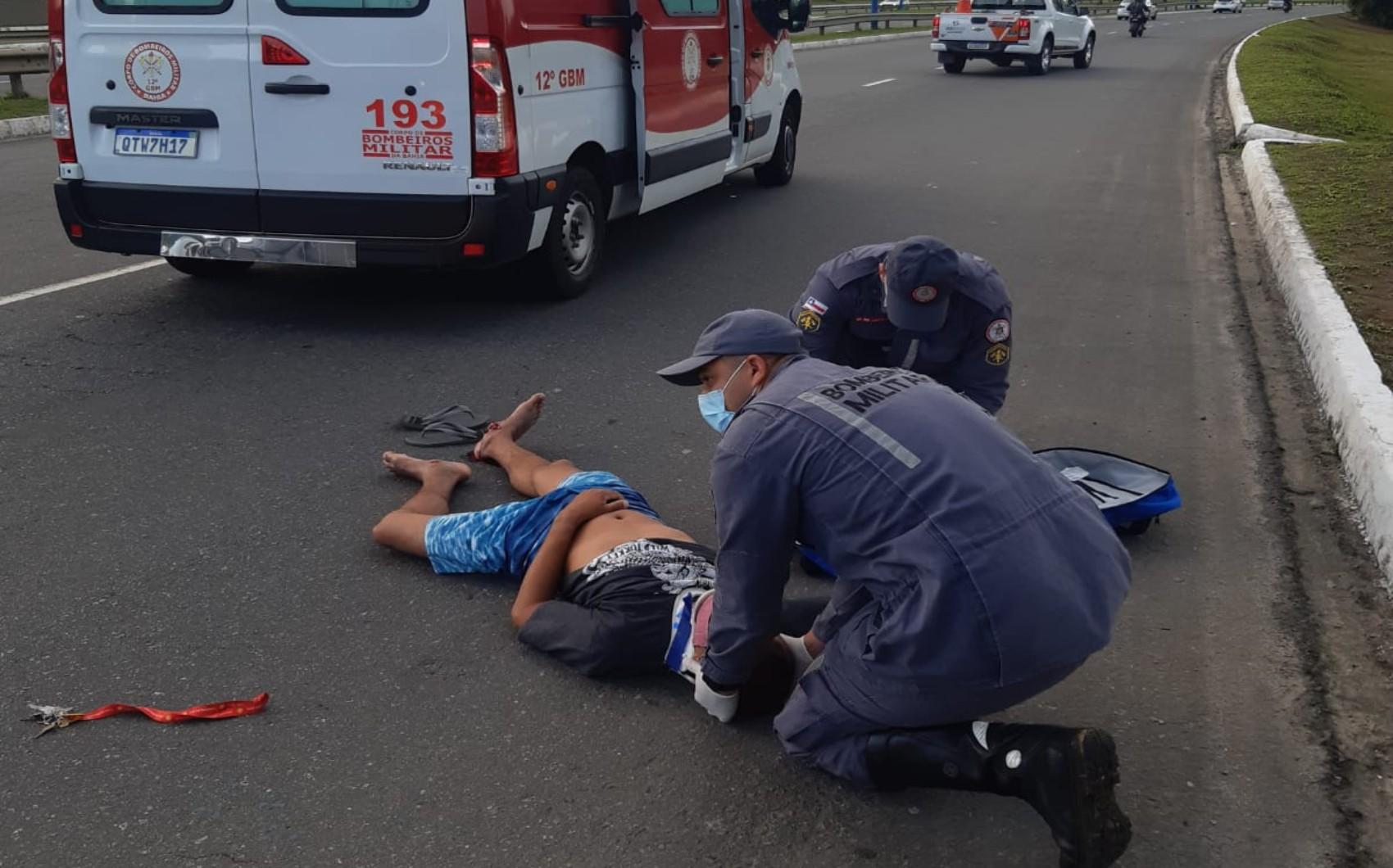 Homem cai de passarela na BR-324, em Salvador; polícia suspeita de que ele teria caído após ser vítima de tentativa  de assalto