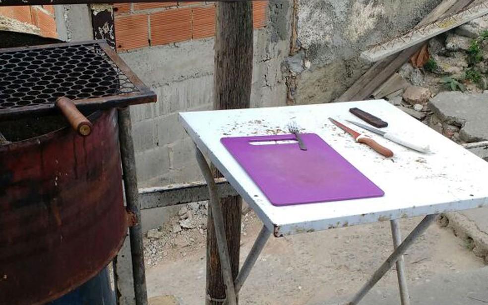 Grelha, tábua de carne e utensílios também foram encontrados (Foto: Arquivo Pessoal)