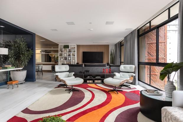 Apê de 300 m² tem décor colorido e afetivo em edifício assinado em São Paulo