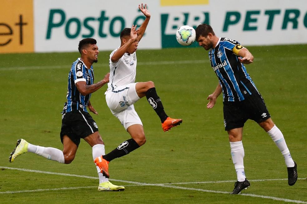 Rodrigues e Kannemann na partida contra o Santos — Foto: Estadão Conteúdo