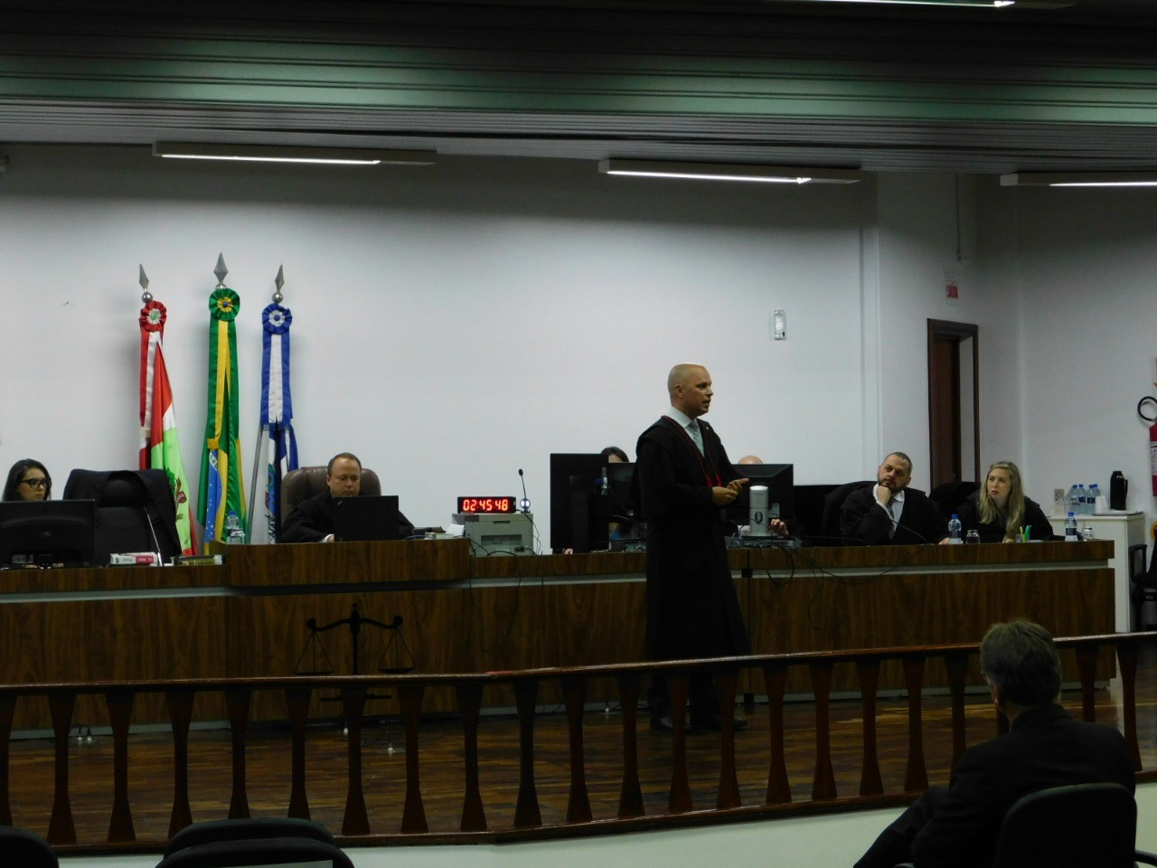 Jurados inocentam homem por ter jogado álcool no filho de dois meses, em Joinville - Notícias - Plantão Diário