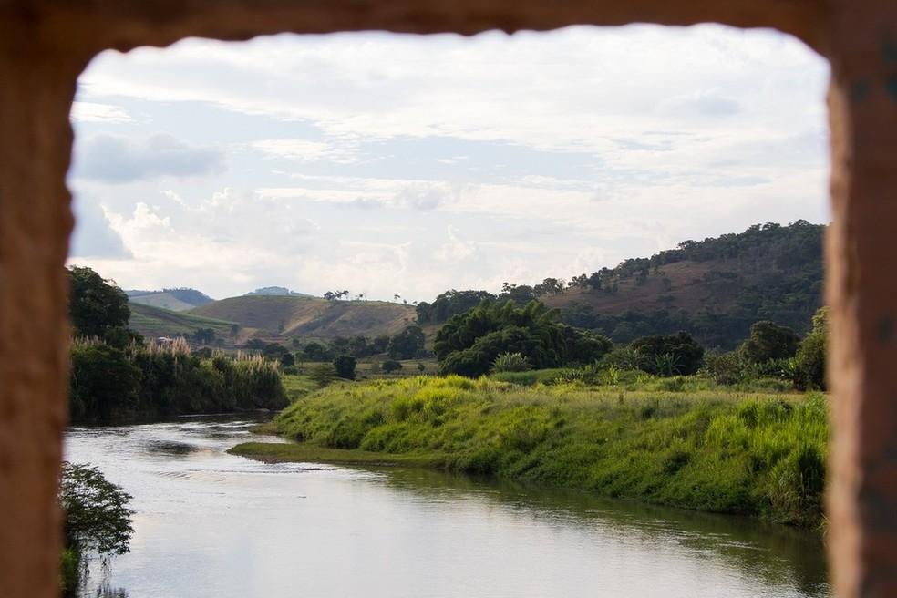 Avalanche de lama chegou a Barra Longa pelo rio Gualaxo do Norte, afluente do rio Doce — Foto: Tainara Torres/BBC Brasil