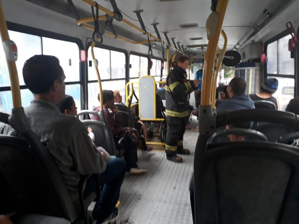 Moradores evacuados após incêndio em Santos, SP, utilizam ônibus para ir à Santa Casa — Foto: Nina Barbosa/G1